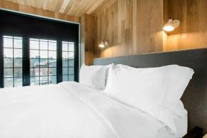 A bed or beds in a room at Gowanus Inn & Yard