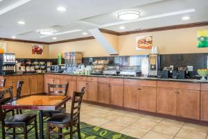 A restaurant or other place to eat at Quality Inn Spring Valley - Nanuet