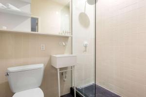 A bathroom at Gowanus Inn & Yard