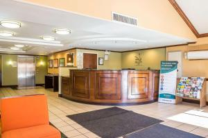 The lobby or reception area at Quality Inn Spring Valley - Nanuet