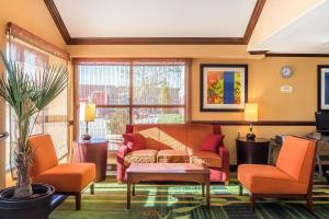 A seating area at Quality Inn Spring Valley - Nanuet