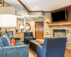 A seating area at Comfort Inn North/Polaris