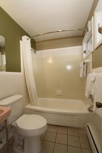 A bathroom at Budget Inn Cicero