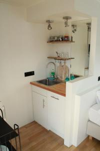 A kitchen or kitchenette at Houseboat Studio Sooki