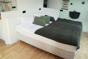 A bed or beds in a room at Houseboat Studio Sooki