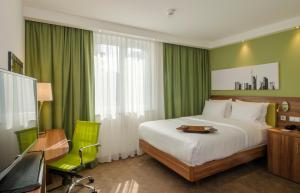 A bed or beds in a room at Hampton By Hilton Hamburg City Centre
