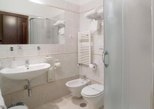 A bathroom at Hotel Relais Valle Orientina