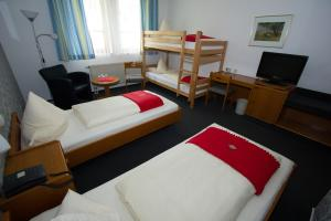 A bed or beds in a room at Hotel Sonnenkeller
