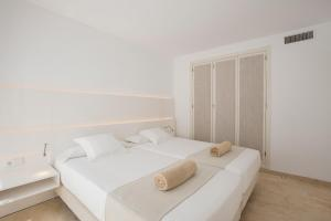 A bed or beds in a room at Canyamel Sunrise Apartments