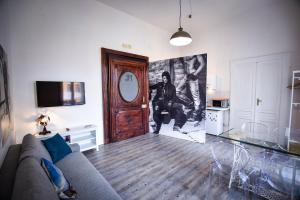 A television and/or entertainment centre at Astor Vintage Apartaments