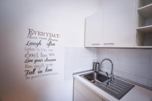 A kitchen or kitchenette at Astor Vintage Apartaments