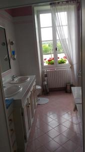 A bathroom at Manoir La Breuille