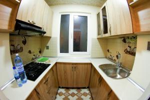 """A cozinha ou cozinha compacta de """"METROPOL"""" APARTMENT HOTEL"""