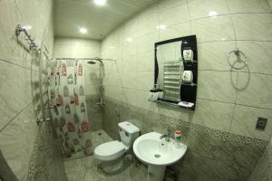 """Um banheiro em """"METROPOL"""" APARTMENT HOTEL"""
