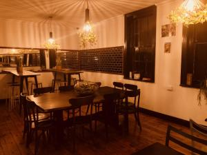 A restaurant or other place to eat at Empire Hotel Beechworth