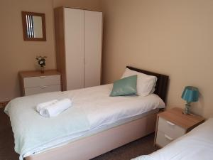 A bed or beds in a room at Appleton Apartments