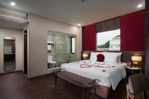 A bed or beds in a room at Hanoi L'Heritage Diamond Hotel & Spa