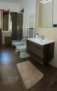A bathroom at B&B A Un Passo Dal Mare