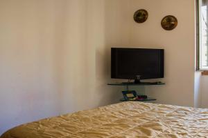 A television and/or entertainment centre at B&B A Un Passo Dal Mare