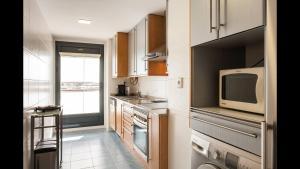 A kitchen or kitchenette at Apartamento en la Ciudad de las Ciencias y cerca de la playa
