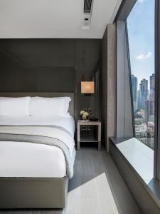 Een bed of bedden in een kamer bij One96