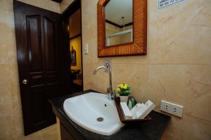 A bathroom at Paradise Garden Resort Hotel & Convention Center