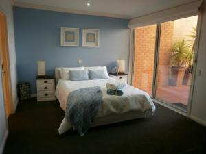A bed or beds in a room at Cowes Beachfront Retreat