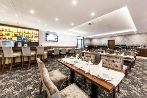 A restaurant or other place to eat at Best Western Plus Royal Suites