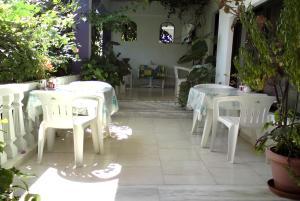 Ein Restaurant oder anderes Speiselokal in der Unterkunft Rosmari Hotel