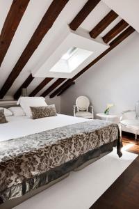 Cama o camas de una habitación en Hospes Puerta de Alcalá