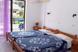 Ein Bett oder Betten in einem Zimmer der Unterkunft Rosmari Hotel