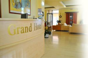 Ο χώρος του λόμπι ή της ρεσεψιόν στο Grand Hotel Loutraki