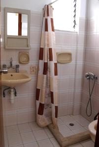 Ein Badezimmer in der Unterkunft Rosmari Hotel