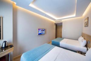 سرير أو أسرّة في غرفة في فندق ميريتّو لاليلي