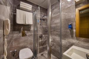 حمام في فندق ميريتّو لاليلي