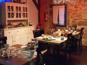 A restaurant or other place to eat at Casa Rural Osante