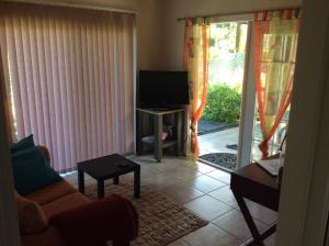 A television and/or entertainment center at Mediteranean style Ohana Rental / Garden Bungalow in Pahoa