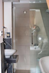 A bathroom at Hillpark Hotel