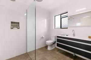 A bathroom at Comfort Inn on Main Hervey Bay