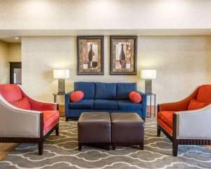 A seating area at Comfort Inn Near Grand Canyon