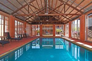 The swimming pool at or near Main Lead Ballarat Motel