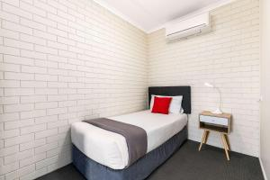 A bed or beds in a room at Comfort Inn on Main Hervey Bay