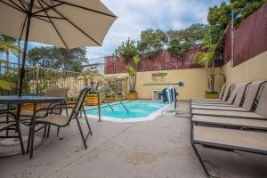 Bazén v ubytovaní Quality Inn & Suites Hermosa Beach alebo v jeho blízkosti