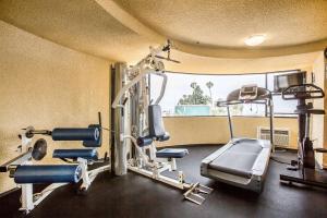 Posilňovňa alebo fitness centrum v ubytovaní Quality Inn & Suites Hermosa Beach