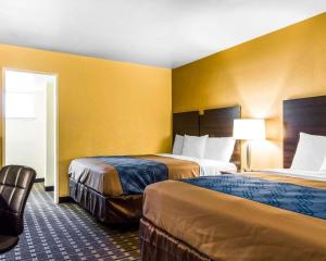 A bed or beds in a room at Econo Lodge Sacramento Convention Center