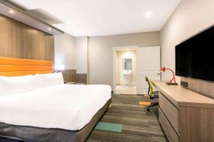 Säng eller sängar i ett rum på Rodeway Inn near Melrose Ave