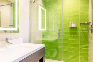 Ett badrum på Rodeway Inn near Melrose Ave