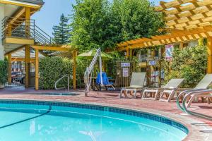 The swimming pool at or near Comfort Inn Santa Cruz