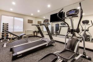 The fitness centre and/or fitness facilities at Comfort Inn Airport West