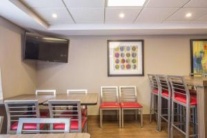 A restaurant or other place to eat at Comfort Inn Pickering